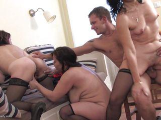 Секс со зрелой женщиной в чулках