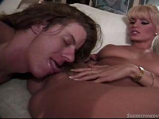 Блондинка занимается сексом